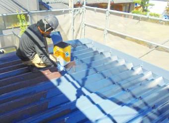 屋根塗装するスタッフ