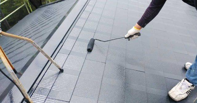 鹿児島市屋根の上塗りの様子