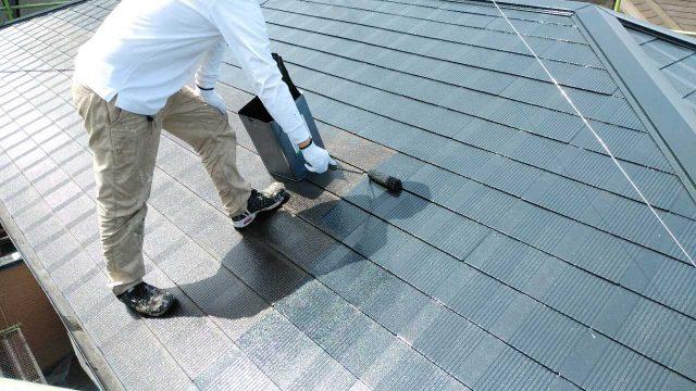 屋根中塗り塗装の様子
