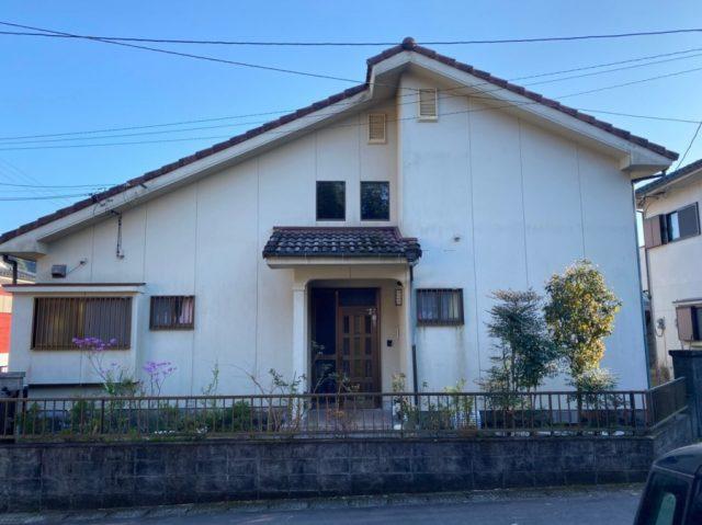 【鹿児島県霧島市】郡田にある三角屋根の住宅でセメント瓦の塗装準備をおこないました!施工前