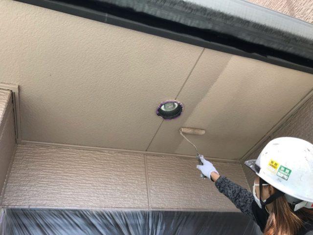 【鹿児島・宮崎】三角屋根の住宅で屋根を黒系の色で塗装していきました!軒天
