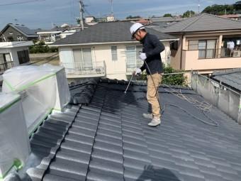セメント屋根吹付塗装の様子