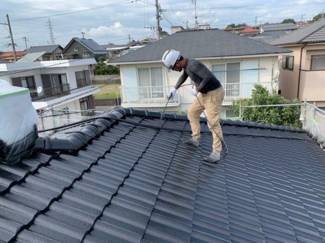 鹿児島市のセメント屋根塗装工事 吹付の様子