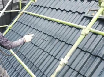 屋根上塗り中の様子