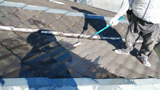 屋根下塗り塗装中