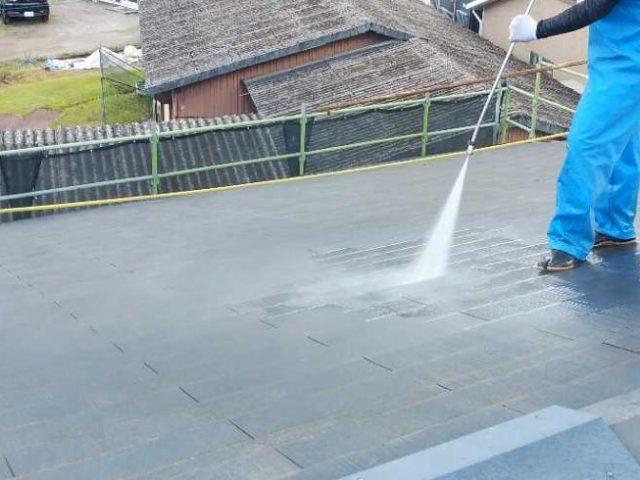 鹿児島市の塗装工事高圧洗浄の様子