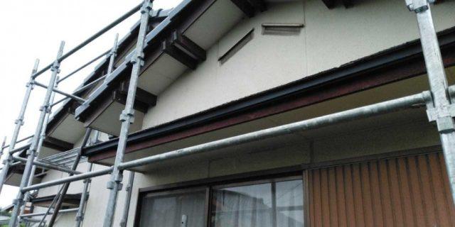 【鹿児島県曽於郡】大崎町にある住宅で足場の設置と養生、軒天塗装の様子を紹介します!足場