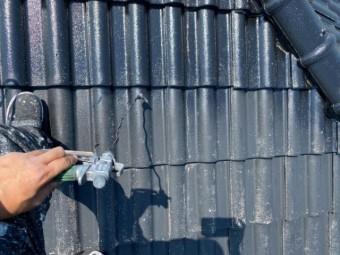 瓦屋根下塗り塗装中の様子