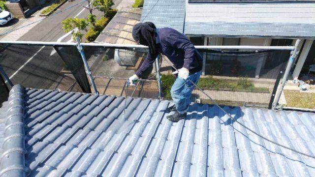 【鹿児島・宮崎】瓦屋根の住宅で吹き付けによる屋根塗装をおこないました!下塗り