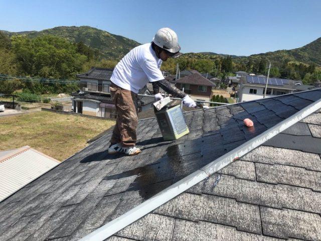【鹿児島・宮崎】三角屋根の住宅で屋根を黒系の色で塗装していきました!中塗り