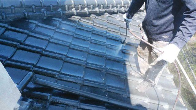 【鹿児島・宮崎】粘土瓦の住宅で屋根の吹き付け塗装をしていきました!下塗り