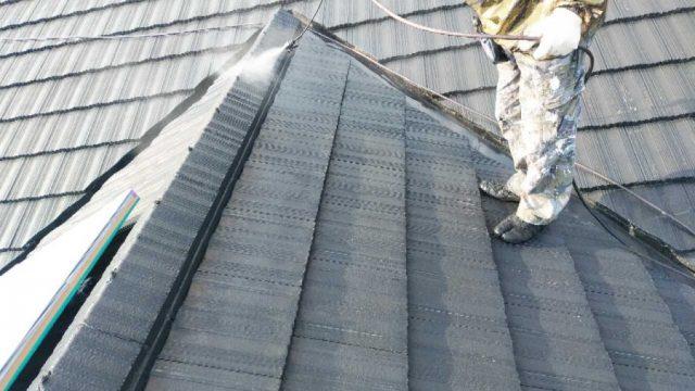 【鹿児島県】瓦屋根の住宅で屋根を黒色に塗装していきます屋根下塗り_1_確定
