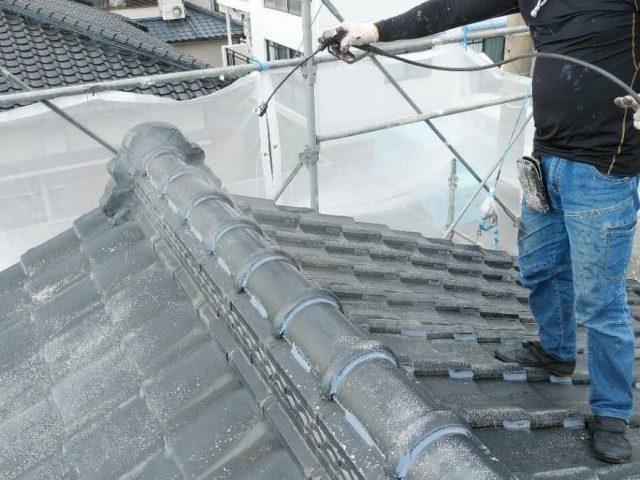 屋根下塗り塗装の様子