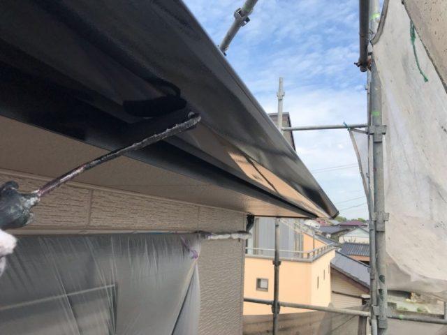 【鹿児島・宮崎】三角屋根の住宅で屋根を黒系の色で塗装していきました!雨樋