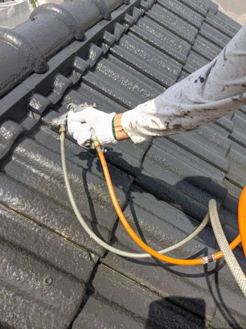 姶良市の屋根塗装工事中塗りの様子