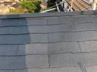 屋根塗装工事中塗りの様子
