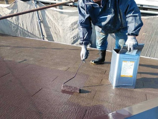 屋根塗装下塗りの様子