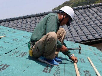 屋根の葺き替えの様子