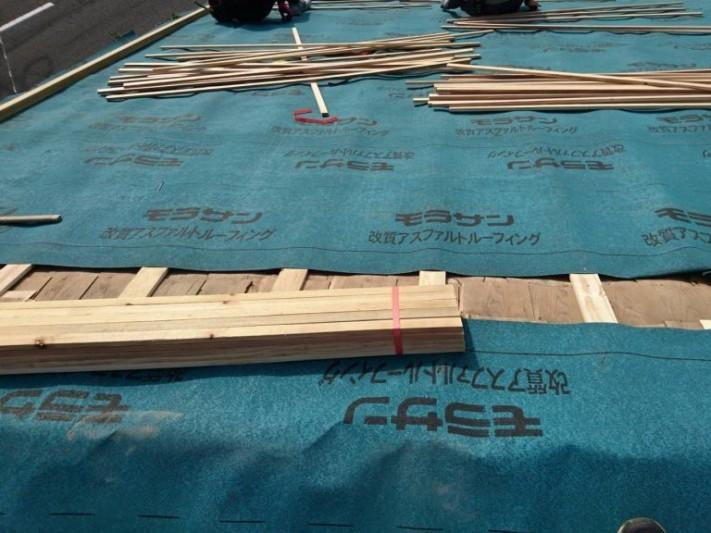 垂木とルーフィング施工中