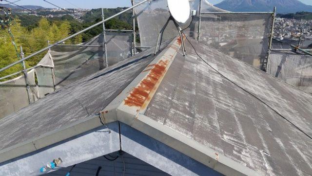鹿児島市明和にてコロニアル屋根の棟板金取替中の様子