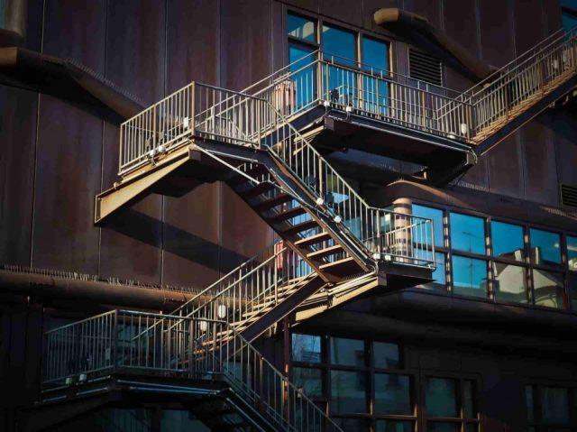 階段に屋根を付けると雨でも使いやすい