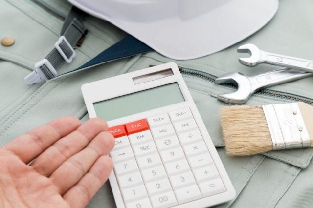 階段に屋根を取り付ける際の費用