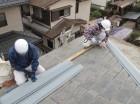 屋根工事中の雨