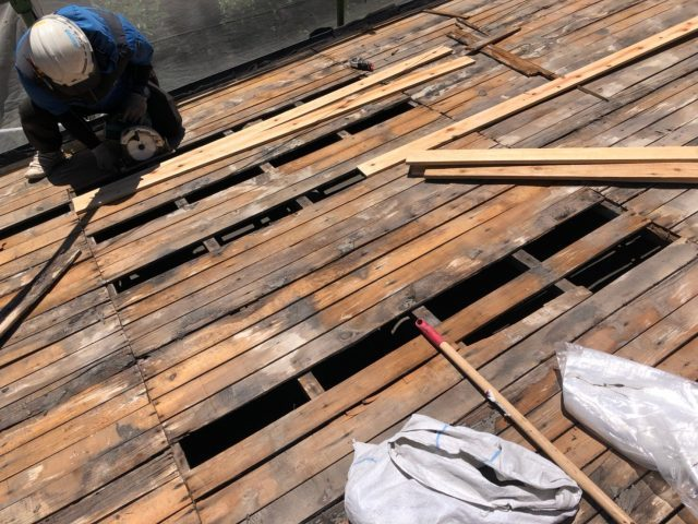 屋根の下地補修中