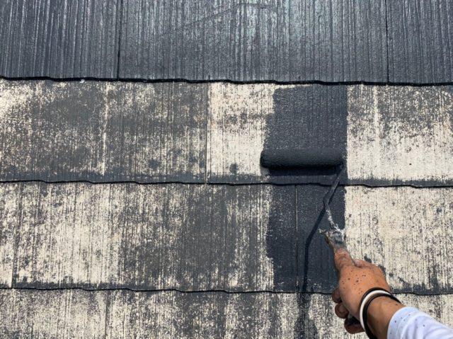 霧島市の屋根上塗り塗装工事中の様子