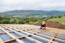 屋根工事中の人