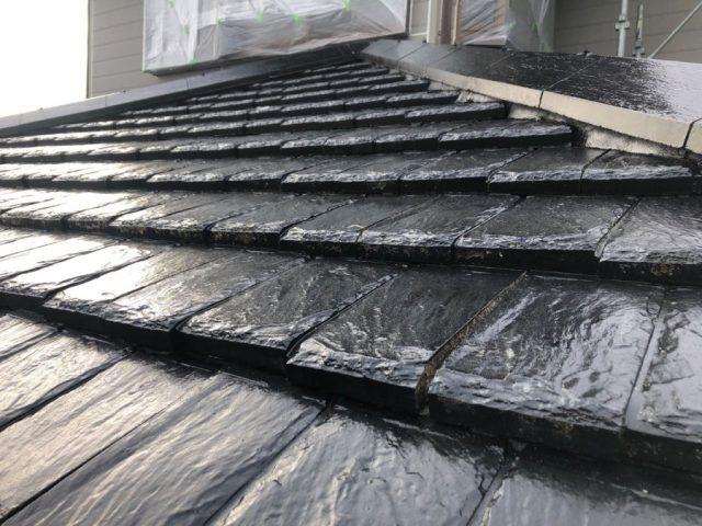 【鹿児島県垂水市】浜平にある住宅でつやのある黒色に屋根の塗装をおこないました!下塗り