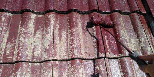 【鹿児島県霧島市】郡田にある三角屋根の住宅でセメント瓦の塗装をおこないました!中塗り