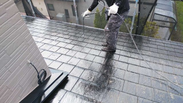 【鹿児島・宮崎】スレート屋根の住宅で屋根塗装を黒系の色でおこないました!中塗り