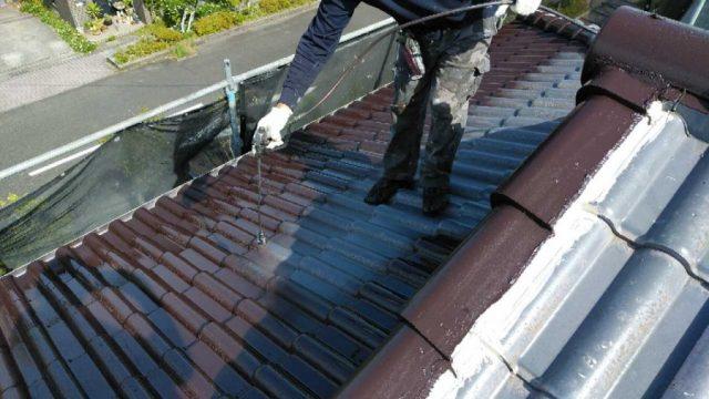 【鹿児島・宮崎】瓦屋根の住宅で吹き付けによる屋根塗装をおこないました!中塗り