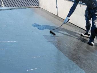 屋根塗装中塗りの様子
