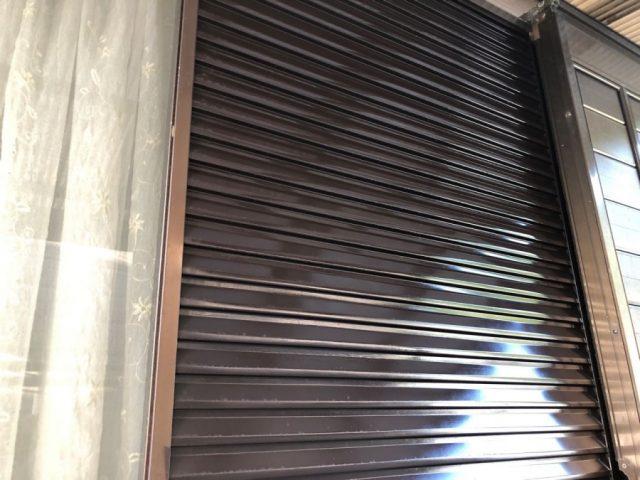 【鹿児島県垂水市】浜平にある黒色の屋根の住宅で、雨樋と破風、軒天を塗装しました!雨戸