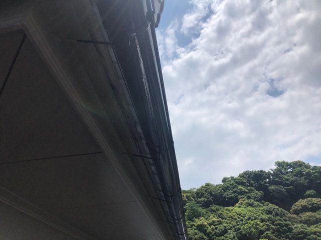 【鹿児島県垂水市】浜平にある黒色の屋根の住宅で、雨樋と破風、軒天を塗装しました!雨樋