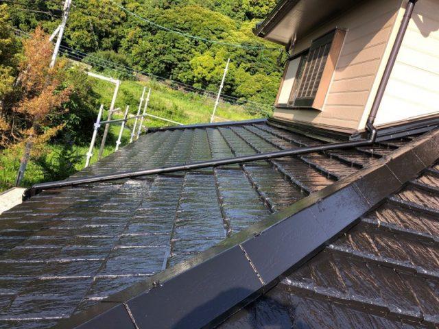 【鹿児島県垂水市】浜平にある住宅でつやのある黒色に屋根の塗装をおこないました!上塗り