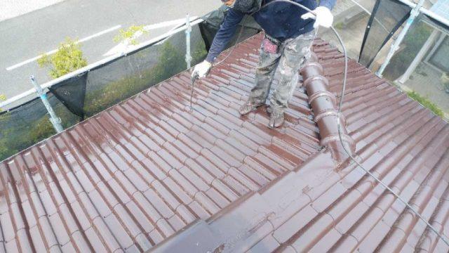 【鹿児島・宮崎】瓦屋根の住宅で吹き付けによる屋根塗装をおこないました!上塗り