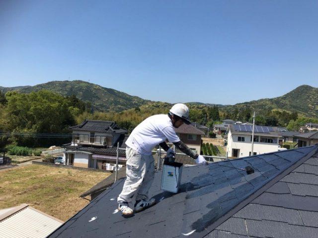 【鹿児島・宮崎】三角屋根の住宅で屋根を黒系の色で塗装していきました!上塗り