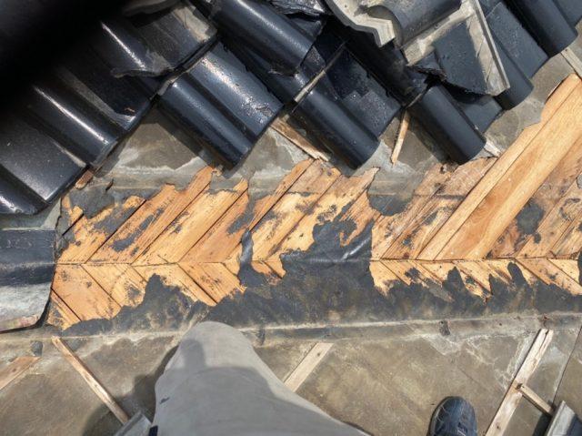 薩摩川内市の谷部分の雨漏れ補修中の様子