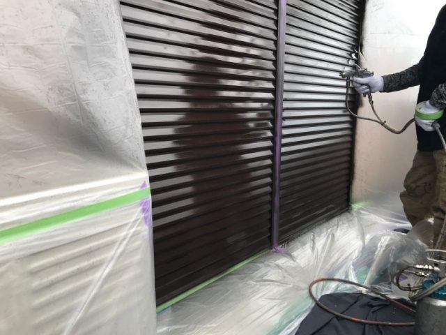 【鹿児島・宮崎】三角屋根の住宅で屋根を黒系の色で塗装していきました!雨戸