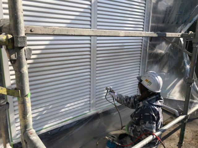 【鹿児島県薩摩川内市】スレート屋根を黒色で仕上げていきます雨戸上塗り_1_確定