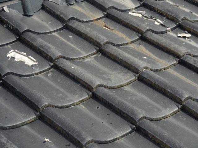 瓦屋根の塗膜の剥がれ