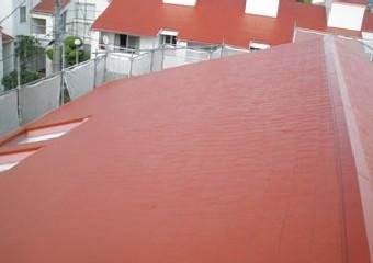 下塗り中塗り上塗りと重ねた耐久性のある屋根